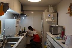 細かな箇所まで拭き掃除する家事代行スタッフ
