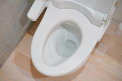 細かなところも指を使ってトイレ掃除!「軍手ぞうきん」で便器の裏まですっきりキレイ